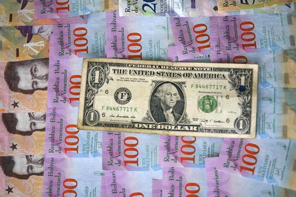Precio del dólar en la banca osciló entre Bs 5.190 y Bs 5.860