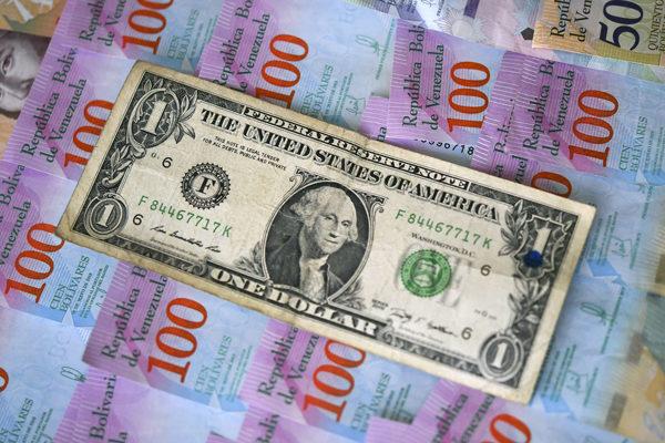 El bolívar se devalúa un 1,3% cada día frente al dólar oficial