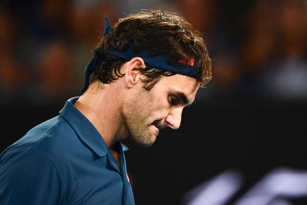 Federer gana a Berrettini y conserva opciones de jugar las semifinales del Masters