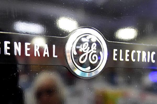 General Electric asume cargos por problemas de Boeing pero mejora perspectivas