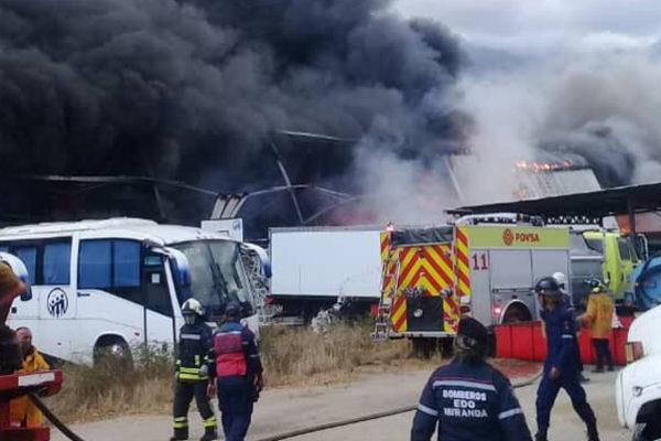 Gobierno acusa a opositores de incendio el galpón del IVSS