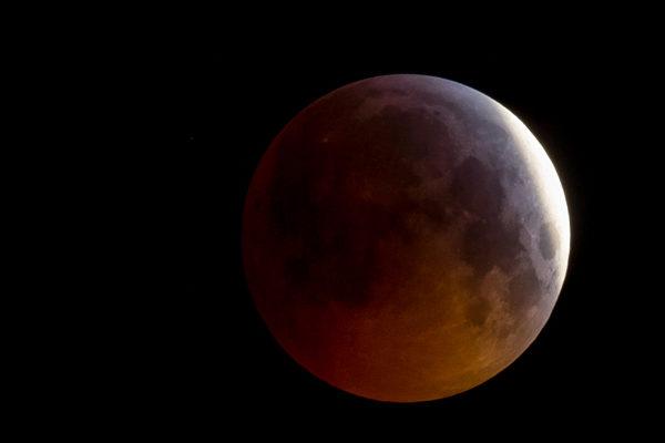 Cautivante eclipse total de Luna