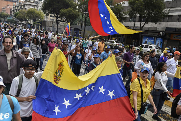 Opositores desafían en las calles segundo mandato de Maduro