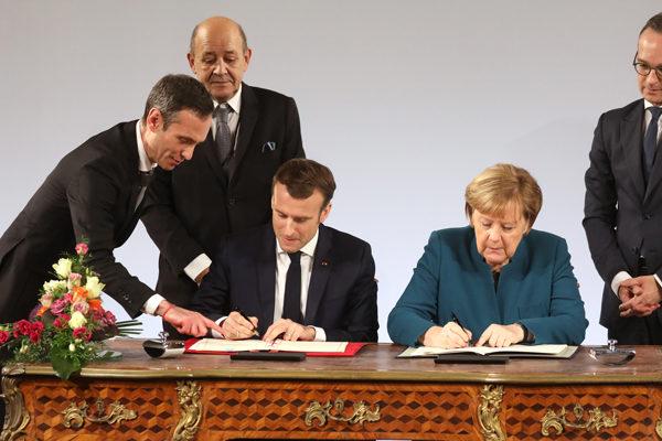 Macron y Merkel firman una nueva alianza franco-alemana, criticada por los nacionalistas