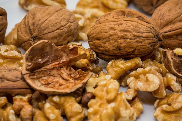 Menos carne y más nueces, la receta de los expertos para comer mejor