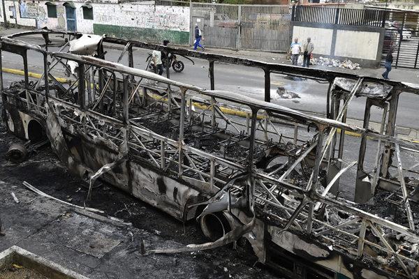 Cuatro muertos y una estatua de Chávez quemada en disturbios en Venezuela