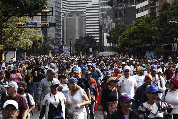Decenas de miles de opositores se movilizan en Caracas