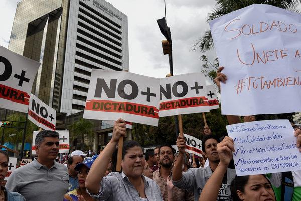 Con cacerolas y pancartas opositores protestaron en Venezuela