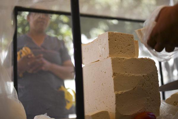 En el centro de Caracas bajan precio del queso para no perder mercancía