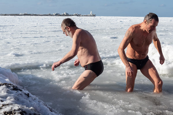 Rusos se zambullen en aguas heladas para celebrar la Epifanía