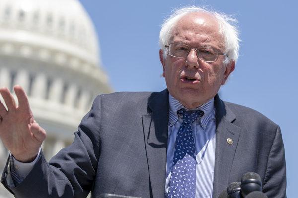 Bernie Sanders acusó a Walmart de pagar salarios