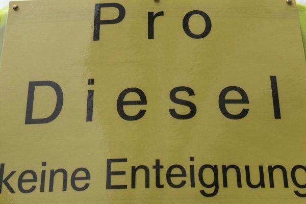 Chalecos amarillos se manifiestan en Alemania a favor del diésel