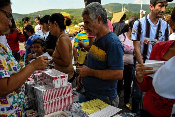 Chavismo reparte medicinas y alimentos en la frontera