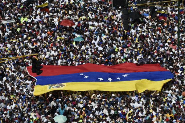Opositores alistan marcha para exigir entrada de ayuda humanitaria a Venezuela