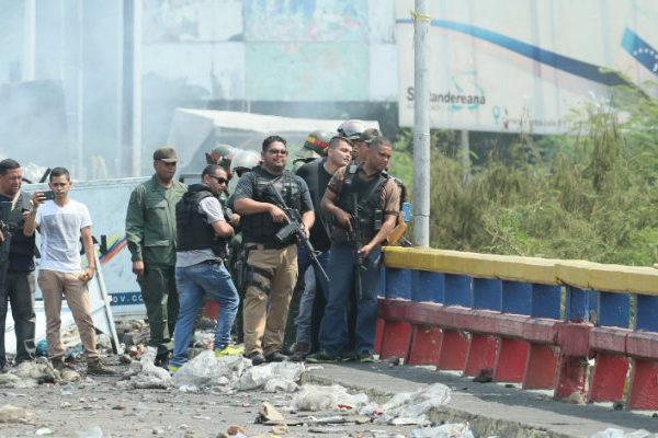 Venezuela ubica nuevos obstáculos en principal puente fronterizo con Colombia