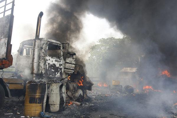 Dos camiones con ayuda son quemados en la frontera Venezuela-Colombia