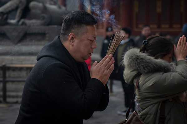 Miles de chinos rinden homenaje al dios de la riqueza