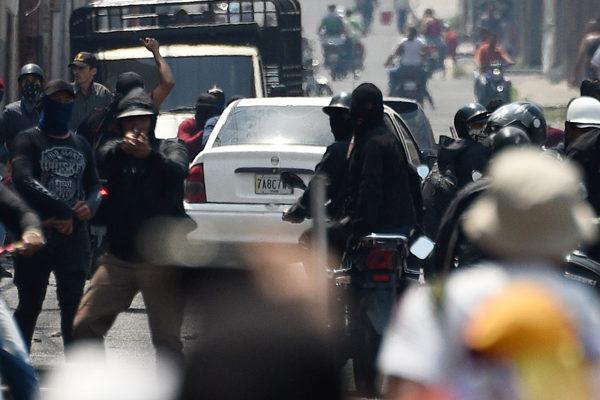 FOTOS   Grupos chavistas armados reprimen manifestación en Táchira