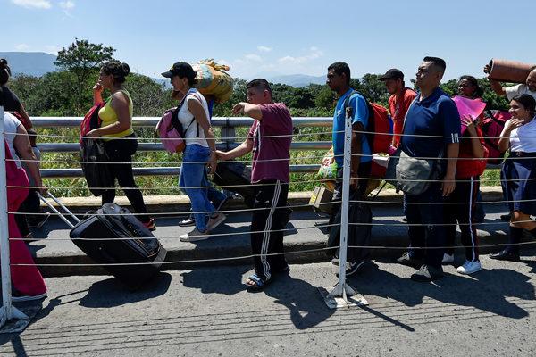 5.000 venezolanos retornados de Colombia se hacinan confinados en albergues militarizados