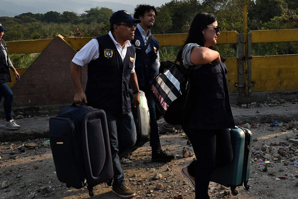 Diplomáticos regresaron a pie a Colombia desde Venezuela