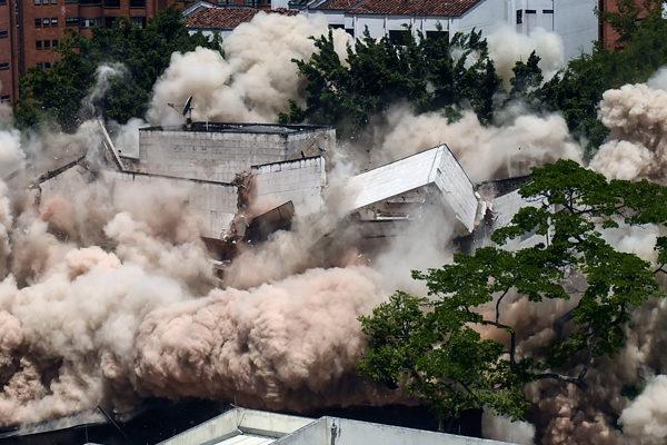 Derrumban el fortín de Pablo Escobar en Medellín con detonación controlada