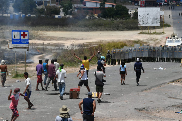 Al menos cuatro muertos en Venezuela en disturbios por bloqueo de ayuda