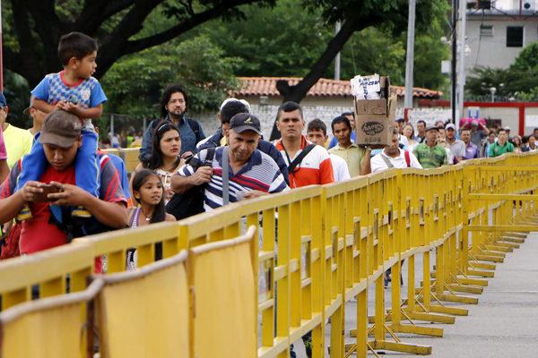 Cientos de migrantes venezolanos regresan desde Colombia por pandemia