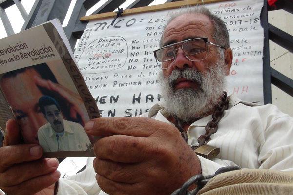 «¿Cómo luchar con hambre?»: el chavista que protesta encadenado contra la corrupción