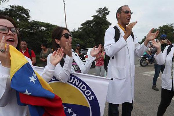 Médicos venezolanos cruzan la frontera para pedir el paso de ayuda humanitaria