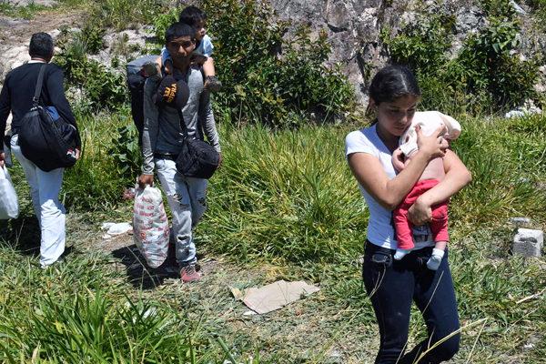 El arriesgado cruce de la frontera entre Brasil y Venezuela