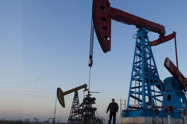 El petróleo cae en un mercado reticente al riesgo