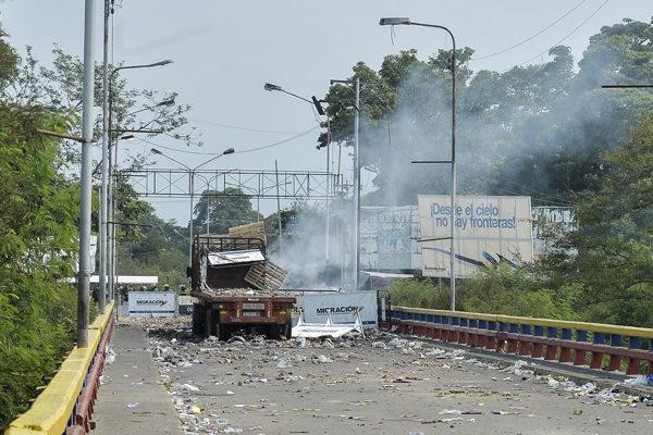 Ministra Iris Varela se planta en la frontera con Colombia con hombres armados