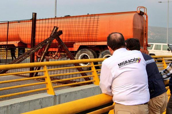 Militares venezolanos refuerzan bloqueo de puente fronterizo con Colombia