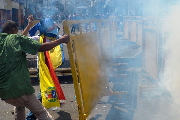 Disturbios en dos puentes entre Venezuela y Colombia por ayuda humanitaria