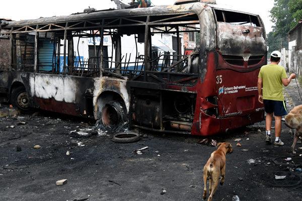 Fiscalía venezolana imputará a ocho personas por quemar autobús en Ureña