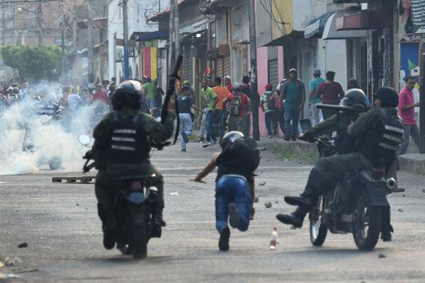 Enfrentamiento entre guardias y manifestantes en Ureña por cierre de la frontera