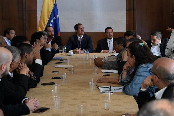Oposición venezolana dice tener un plan alternativo para llevar la ayuda
