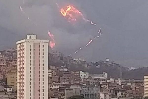Incendio arrasa amplias zonas del cerro El Ávila