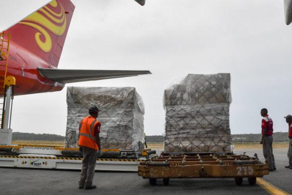 Llegan 29 toneladas de insumos médicos contra COVID-19 provenientes de China
