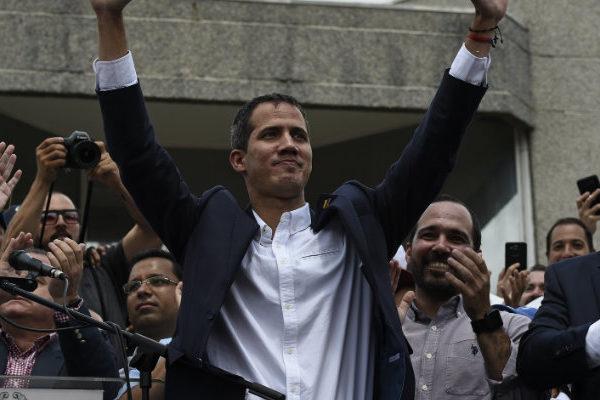 Guaidó llega a Venezuela por Maiquetía y convoca marcha para el 9 de marzo