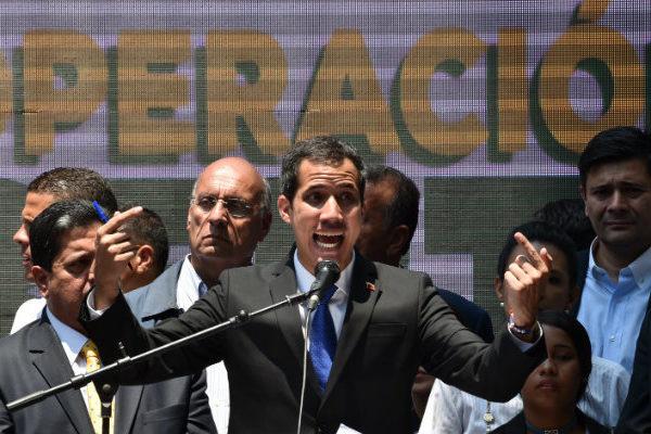 Guaidó presiona a Maduro en la calle con manifestaciones por los apagones