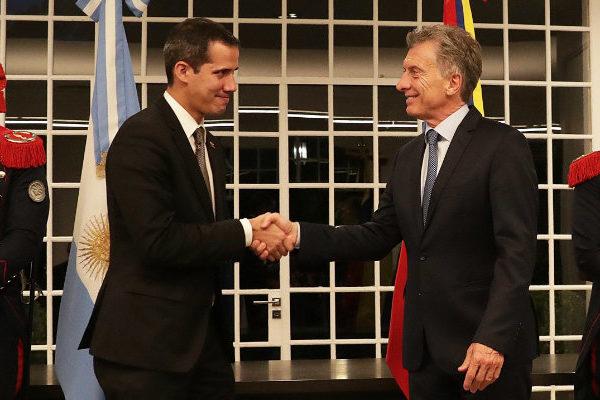 Guaidó pide pacífica transición en Venezuela tras histórica cita con Macri
