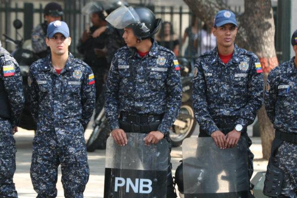 Policía impide en Caracas una marcha de trabajadores que respaldan a Guaidó