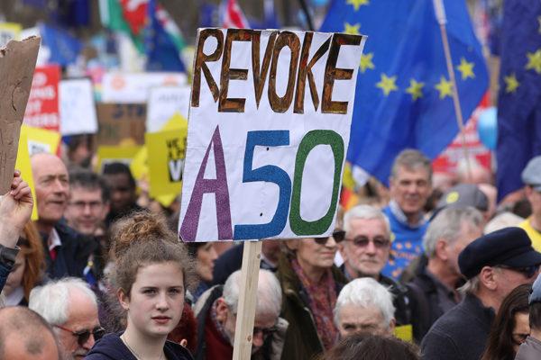 Los anti-brexit salen a la calle y May se apura en convencer a los diputados