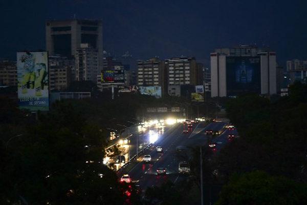Maduro denuncia, Guaidó presiona y enfermos mueren por apagón en Venezuela