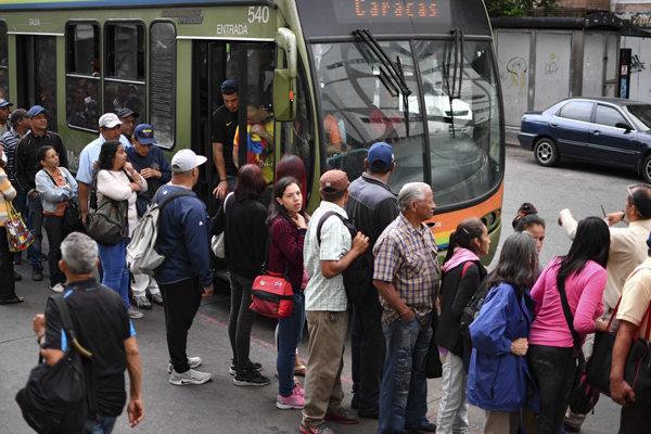 Venezolanos vuelven al trabajo tras apagón, pero las dificultades siguen