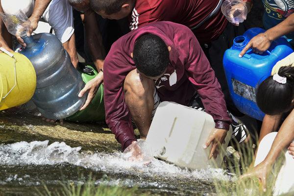 Venezolanos batallan por agua y comida ante lenta recuperación por apagón