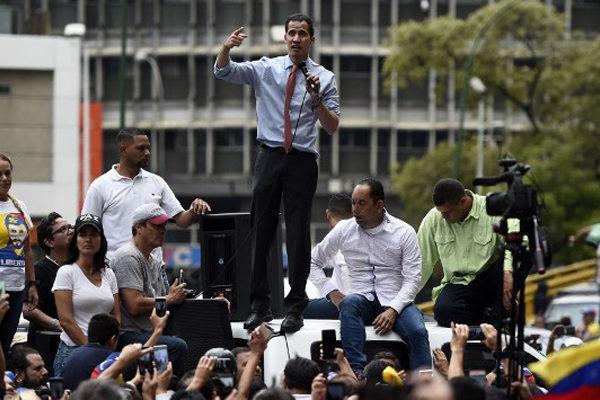 Guaidó cumple dos meses de proclamación sin lograr quebrar apoyo militar de Maduro