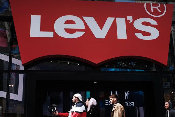 Wall Street viste de jeans con el regreso de Levi Strauss que cierra con alza de 32%