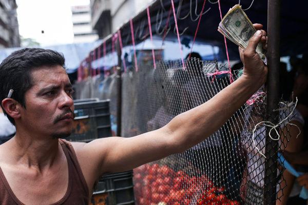 Dolarización de facto ganó terreno entre sombras de apagón en Venezuela